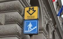 """Símbolo do Metrô na saída da estação """"Karlovo Námĕstí"""", que pertence a linha B (amarela)"""