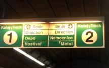 Placa informativa dentro da estação do Metrô de Praga