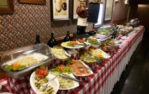 Mesa de Saladas e Pães no Jantar Noite Italiana