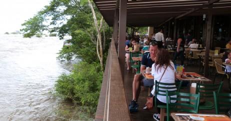 Deck Sobre o Rio Iguaçu no Restaurante Porto Canoas