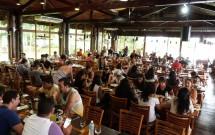 Interior com Música Ao Vivo no Restaurante Porto Canoas