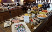 Mesa de Frios e Frutas no Café da Manhã
