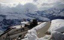 O Matterhorn está no meio dessas nuvens (a estação do Gornergrat Bahn é vista de cima, nesta foto)