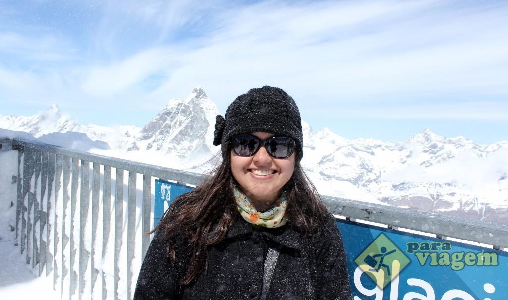 Flocos de neve pairando no ar (e sobre o casaco) em pleno dia de sol e céu aberto