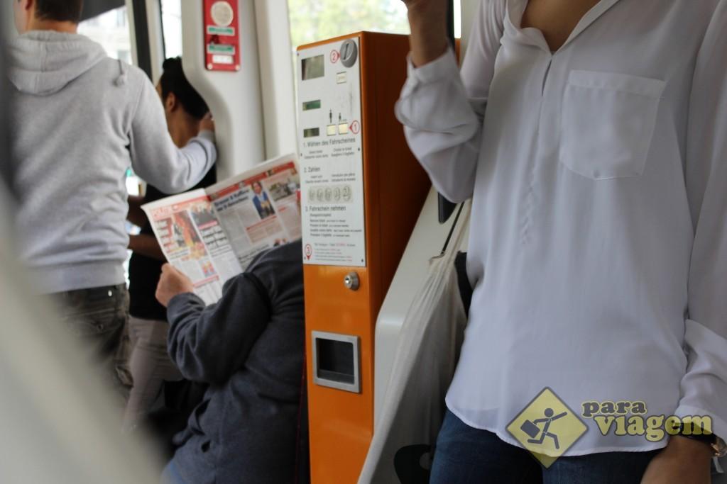 Máquina de bilhetes dentro do Tram