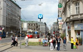 O Tram e a saída do Metrô (U-Bahn)