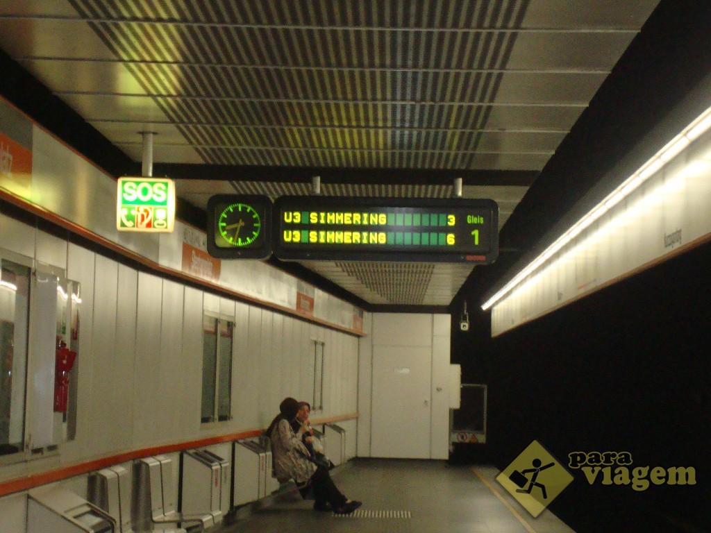 Painel informando quantos minutos faltam para o próximo metrô chegar