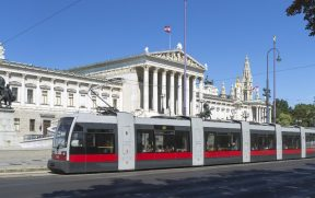 Tram passando em frente ao Parlamento Austríaco