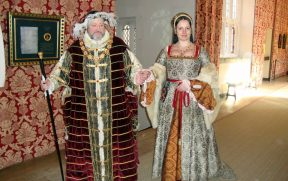 Henrique VIII e a esposa dando o ar da graça em Hampton Court