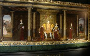 Retrato de família: o filho varão e a esposa preferida no centro, junto ao Rei Henrique VIII, e as filhas isoladas nos cantos