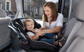 Criança no Bebê Conforto Virada para Trás