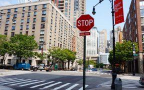 Cruzamento com Placa de STOP em Todas as Direções