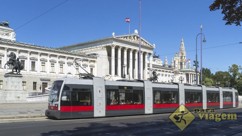 Tram em frente ao Parlamento de Viena