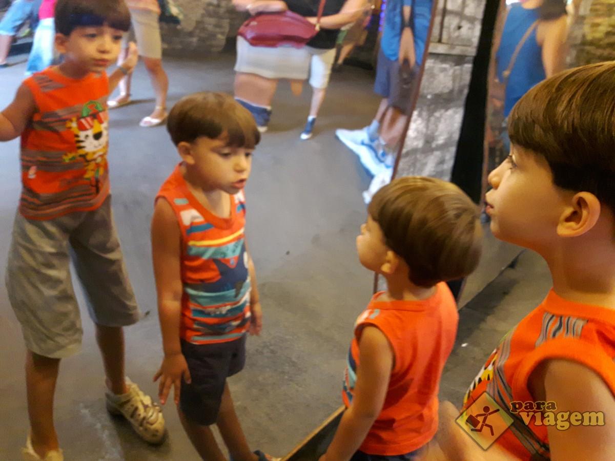 Crianças Brincando na Casa dos Espelhos