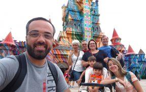 Com a Família na Entrada do Beto Carrero