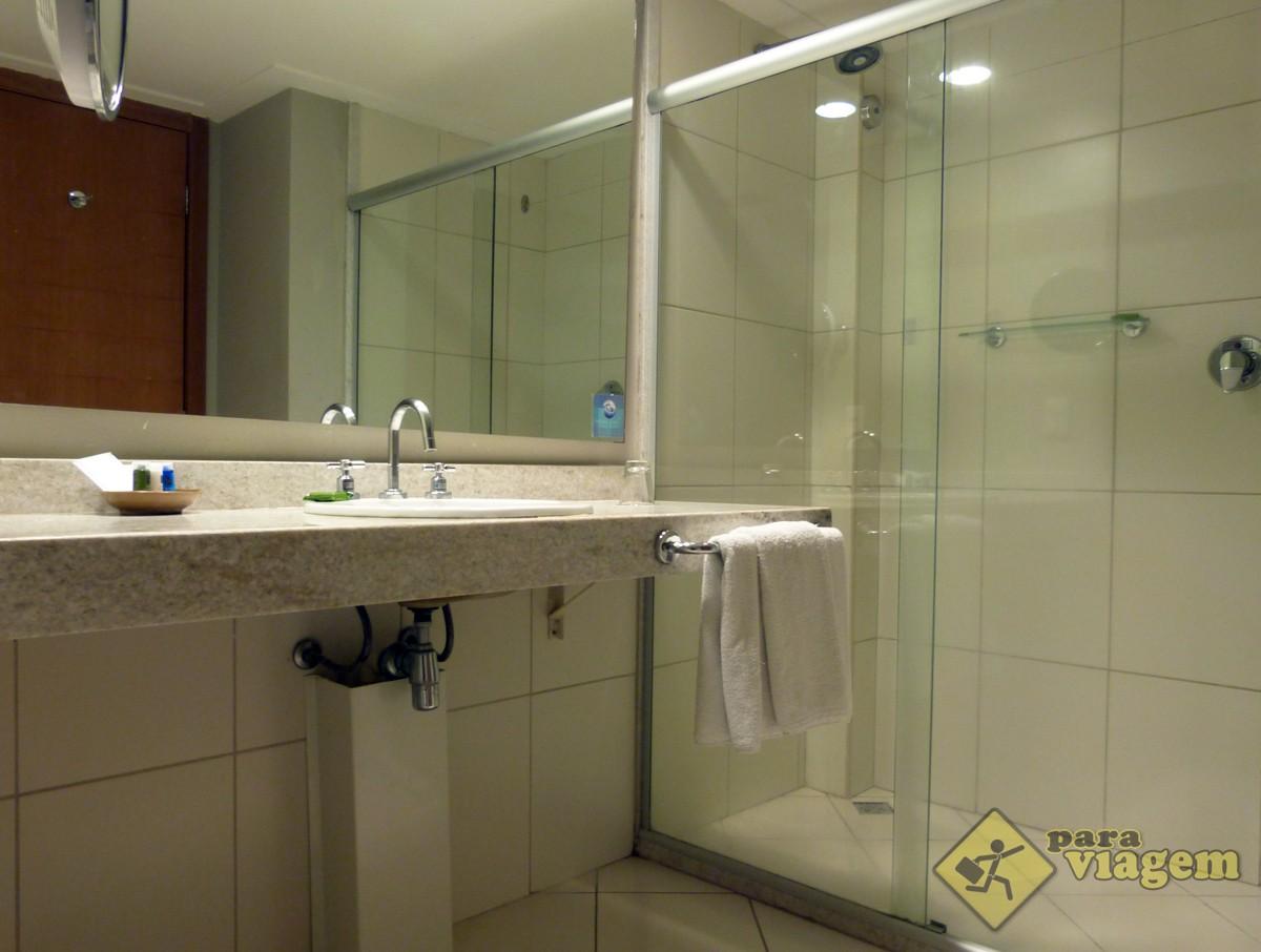 Banheiro e Chuveiro Espaçoso do Radisson