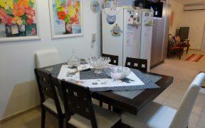 Ampla Cozinha com Mesa de Jantar