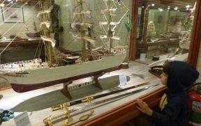 Criança Apreciando Museu do Capitão