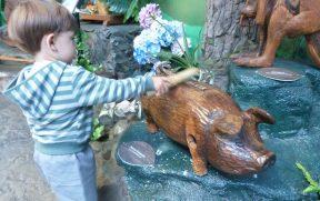 Criança Brincando com Esculturas que Falam
