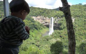 Criança Curtindo a Cascata do Caracol