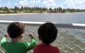 Crianças no Barco indo para Mangue Seco
