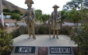Estátua de Lampião e Maria Bonita