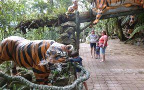Família Apreciando Esculturas de Animais