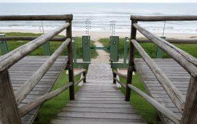 Escada e Portão de Acesso a Praia