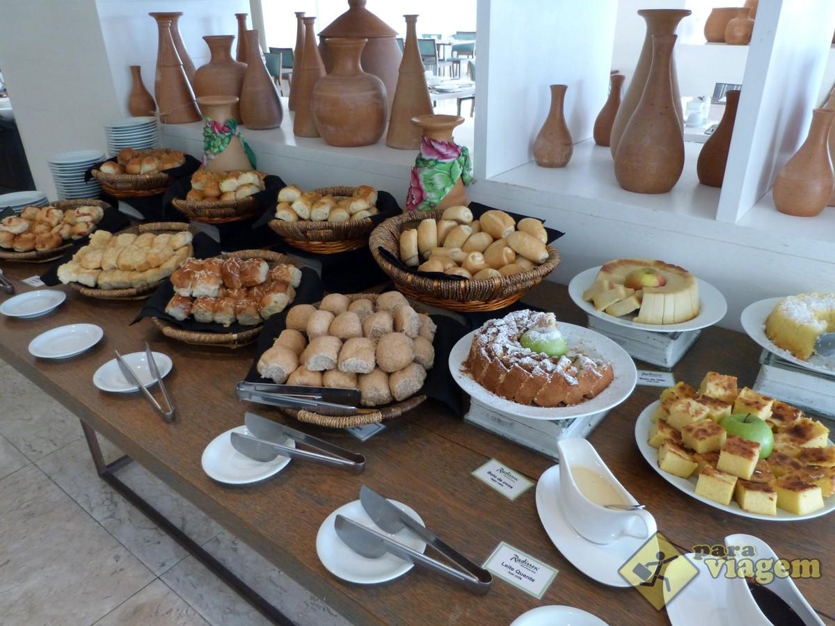 Variedade de Pães e Bolos no Café da Manhã