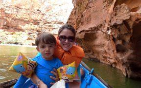 Mãe e Filho na canoa nos Cânios do Xingó
