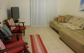 Sala com Sofá, Cadeiras e Televisão