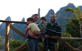 Família no Alto da Trilha Cartão Postal
