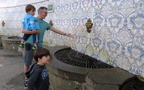 Crianças com Avô na Fonte Judith