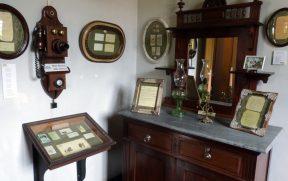 Mobília e Telefone Antigo no Sobrado Histórico
