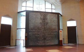 A futura porta principal que está na Fachada da Glória traz o Pai Nosso em vários idiomas - com o catalão em destaque