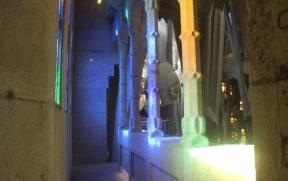 Os vitrais colorem os pilares brancos