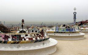 Os mosaicos dos bancos do terraço