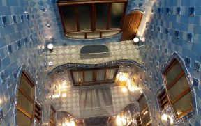 O vão central do prédio da Casa Batlló