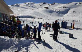 Crianças se Preparando para Aula de Esqui