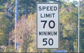 Placa indicando o limite máximo e mínimo de velocidade