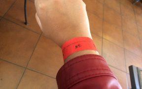 A pulseira parece aquelas que se usa em espaço VIP