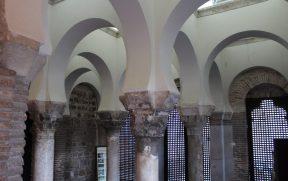 Arquitetura mudéjar com arcos em ferradura