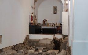 ... tem ruínas de um antigo edifício do século 9