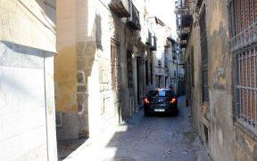 Carros passam um pouco apertados pelas ruas