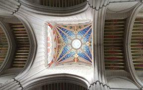A cúpula e o teto coloridos da Catedral de Almudena