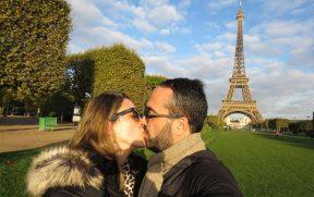 Beijo em frente a Torre Eiffel