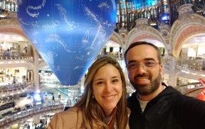 Casal na Galeria Lafayette em Paris