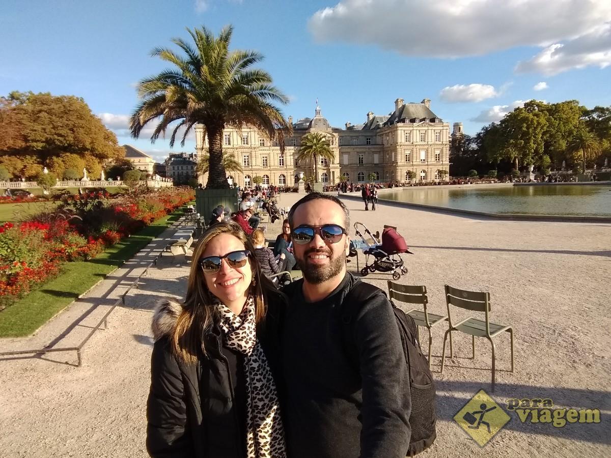 Casal no Jardins de Luxemburgo em Paris