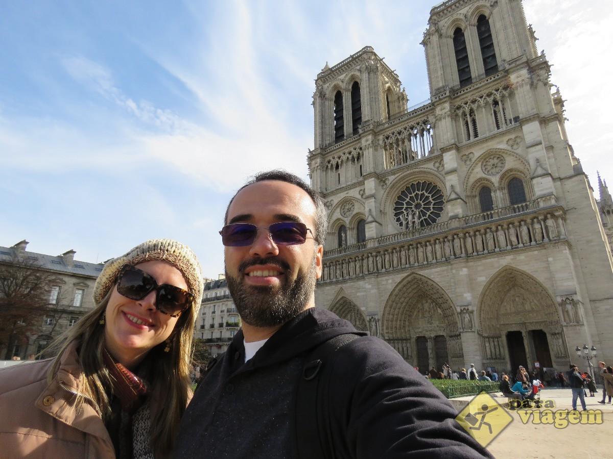 Casal na Catedral de Notre Dame em Paris
