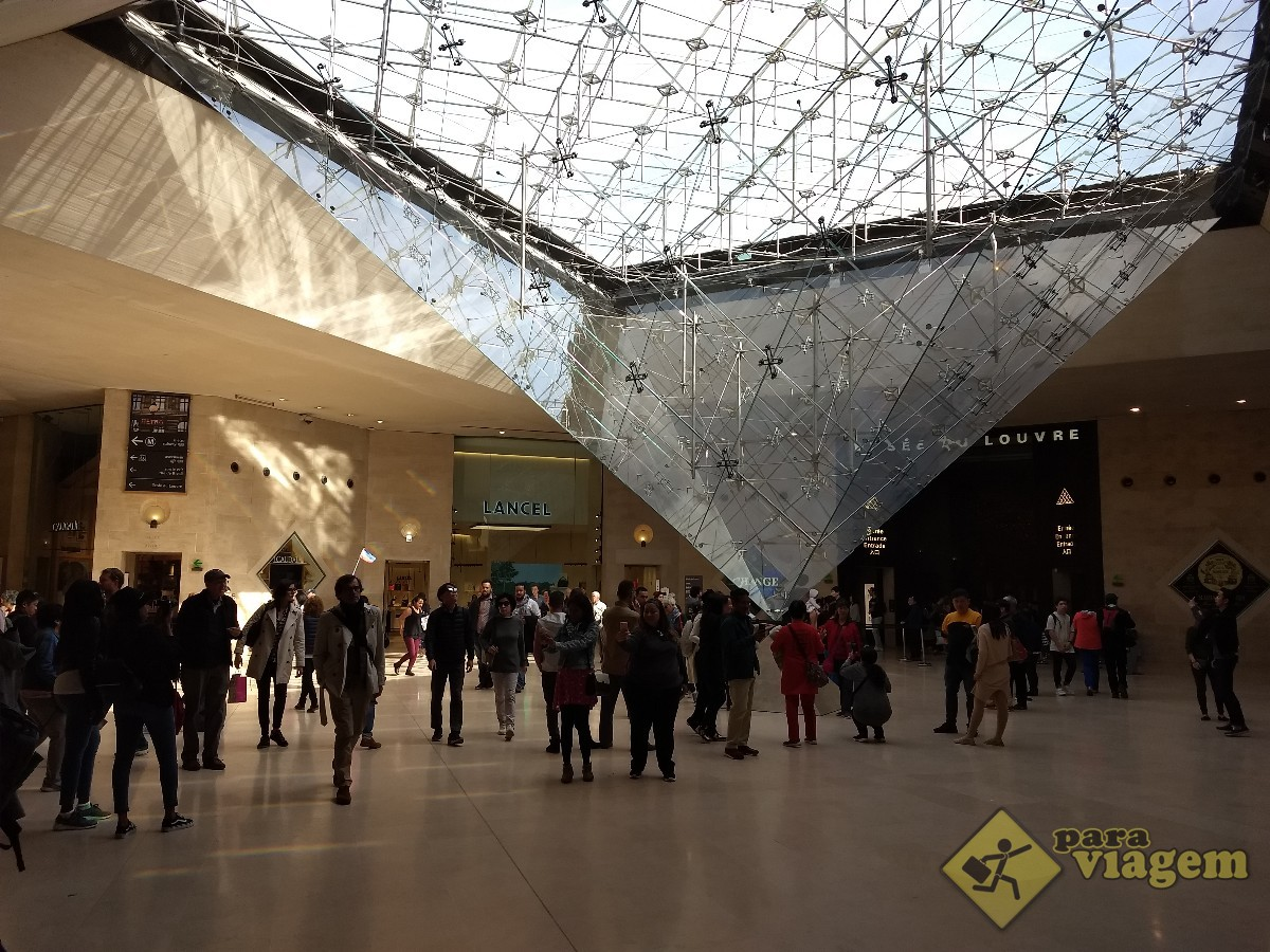 Pirâmide Invertida no Museu do Louvre